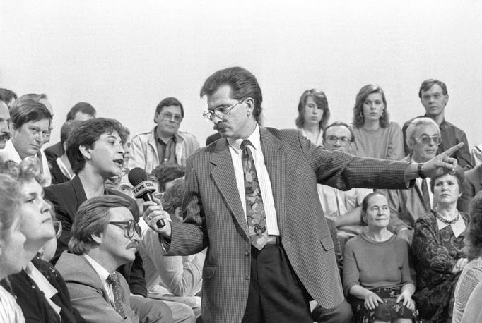 "Владислав Листьев во время съемок передачи ""Тема"", 1992 год"