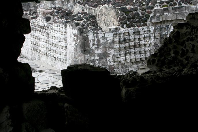 """Стена Мертвых ацтекского """"Большого храма"""". Состоит  из многих рядов масок-черепов, обмазанных разноцветной глиной. В древности использовалась для места поклонения знатным усопшим"""