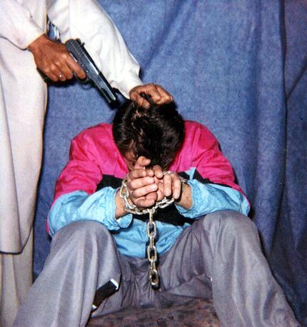 """23 января 2002 года в Карачи (Пакистан) был взят в заложники руководитель южноазиатского бюро газеты The Wall Street Journal Даниел Перл, освещавший вопросы, связанные с исламизмом. 1 февраля, после того как американские власти отказались выполнить требования похитителей отпустить захваченных боевиков """"Аль-Каиды"""", Перл был убит. Ответственность за теракт взяла группировка """"Национальное движение за восстановление суверенитета Пакистана"""". В 2008 году в честь Даниела Перла была названа премия Международного консорциума журналистских расследований, вручаемая с 1998 года"""