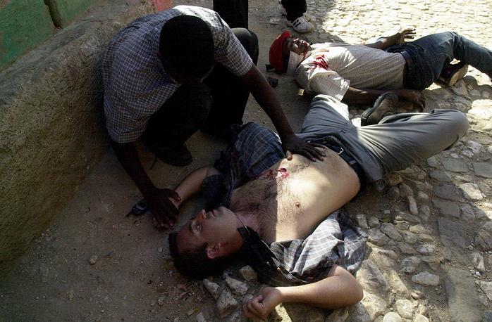 7 марта 2004 года в Порт-о-Пренсе, столице Гаити, погиб корреспондент испанского телеканала Antena-3 Рикардо Ортега (на фото). Он был смертельно ранен во время перестрелки, произошедшей во время митинга, на котором сторонники гаитянской оппозиции требовали привлечь к суду бывшего президента Жана-Бертрана Аристида. До Гаити он почти 10 лет освещал события в России, в частности в зоне вооруженного конфликта в Чечне, в 2000 году был направлен в США, а затем работал в Афганистане. Его имя носит ежегодная премия Ассоциации корреспондентов при ООН, которая вручается за заслуги в сфере телерадиовещания