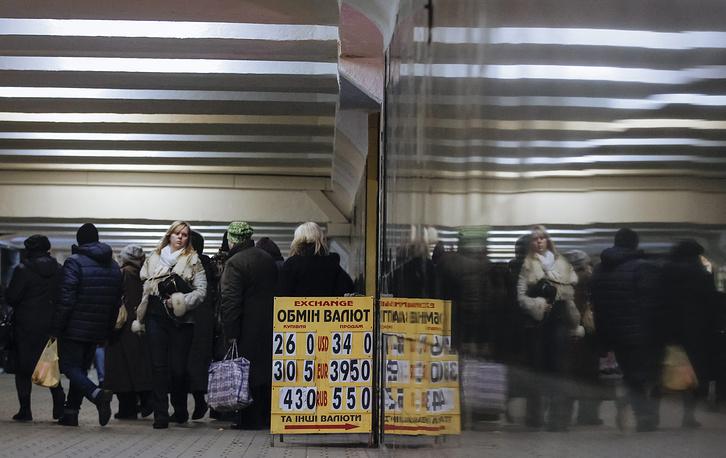 Обвал гривны и рост цен на украинском потребительском рынке привели к ажиотажному спросу на продукты, лекарства и бытовую технику. 27 февраля курс украинской национальной валюты преодолел психологический рубеж в 30 гривен за доллар