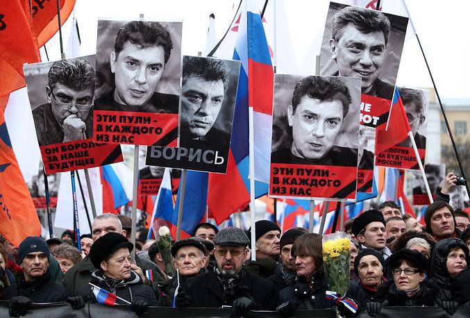 """Многие манифестанты держали портреты Немцова с лозунгами: """"Он боролся за свободную Россию"""", """"Он боролся за наше будущее"""""""