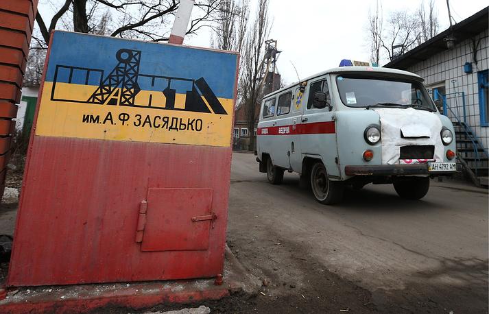 Мэрия Донецка сообщила о том, что  в шахте в момент взрыва находились 230 человек. По состоянию на 09:00, 157 человек выехали из шахты