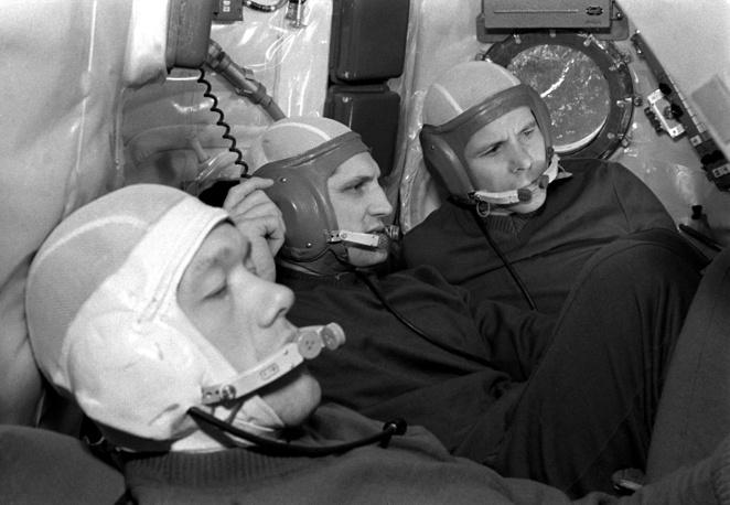 """Космонавты Алексей Елисеев, Борис Волынов и Евгений Хрунов во время тренировки,1969 год. Хрунов осуществил один космический полет 15-17 января 1968 г. в качестве инженера-исследователя корабля """"Союз-5"""". В ходе полета была совершена стыковка с другим кораблем (""""Союз-4""""), перешел на """"Союз-4"""" (время нахождения в открытом космосе составило 1 час) и вернулся на нем на Землю. Отчислен из отряда 25 декабря 1980 г."""