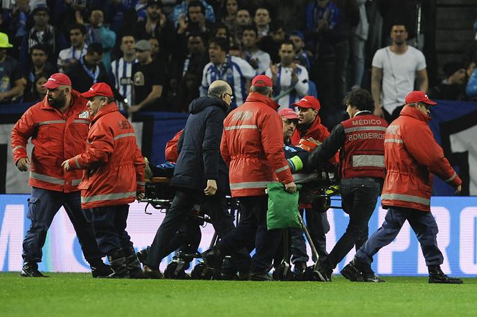 """Бразильский защитник """"Порту"""" Данило получил травму, столкнувшись с вратарем своей команды Фабиано. Позднее Данило унесли с поля на носилках с зафиксированной шеей и отправили в больницу на машине скорой помощи"""