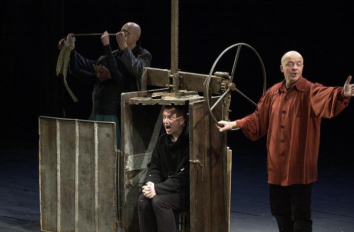Актеры Андрюс Мамонтовас в роли Гамлета и Рамунас Рудокас в роли Горацио (слева направо на переднем плане) в спектакле литовского театра Meno Fortas, показанного на сцене театра им. Моссовета, 17 февраля 2004 года
