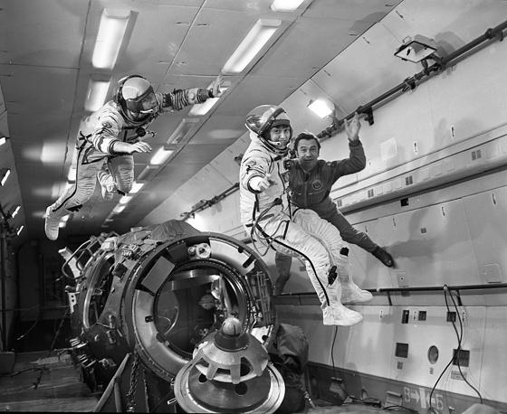 Светлана Савицкая стала первой в мире женщиной-космонавтом, совершившей выход в открытой космос. На фото - С. Савицкая тренируется в условиях кратковременной невесомости на борту самолета-лаборатории Ил-76Л