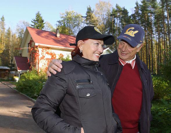 Жорес Алферов женат на Тамаре Дарской. Имеет дочь от первого брака, сына Ивана от второго брака. На фото: Жорес Алферов с женой Тамарой возле загородного дома, 2005 год