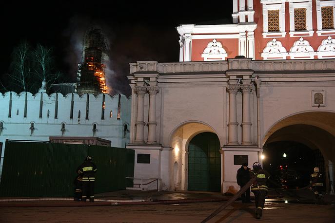 Огонь по ним распространился вниз вдоль фасада, но внутренние помещения он не затронул