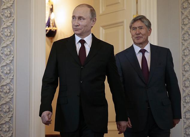 Президент России Владимир Путин и президент Киргизии Алмазбек Атамбаев во время встречи в Константиновском дворце, 16 марта 2015 года