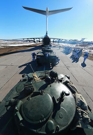 Боевые машины десанта БМД-2 в очереди на погрузку в военно-транспортный самолет Ил-76