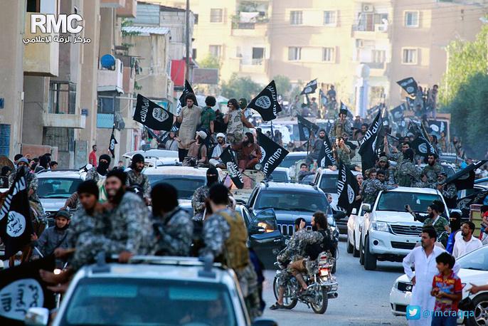 Ракка стала одной из баз террористов в Сирии. Именно над этим городом в конце 2014 г. был сбит иорданский пилот. Он был заживо сожжен террористами в феврале 2015 г. На фото: военный парад в Ракке, июнь 2014 г.