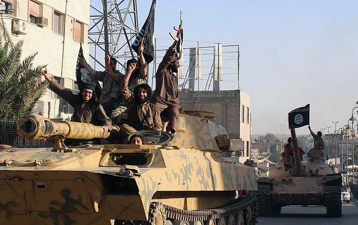 Параллельно с боевыми действиями в Ираке, ИГ продолжила активную военную кампанию в Сирии. На фото:  боевики ИГ в ходе военного парада в городе Ракка (на севере Сирии), июнь 2014 г.