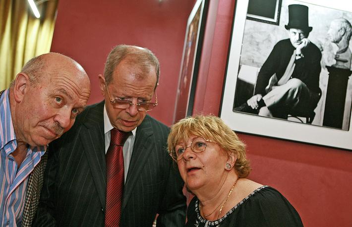 Писатели Анатолий Макаров и Аркадий Арканов (в центре) и режиссер Алла Сурикова, 2009 год