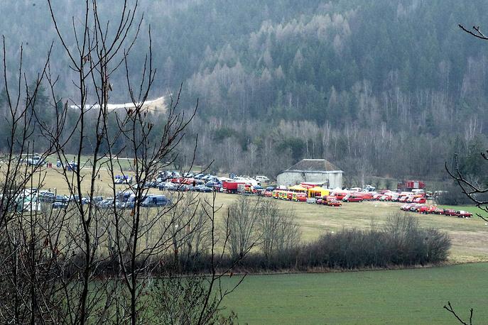 По данным спасателей, обломки машины разбросаны на площади в два гектара.