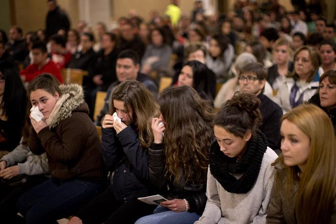 Друзья немецких школьников, погибших в авиакатастрофе, на мессе в городе Льинарс-дель-Валье (близ Барселоны), Испания