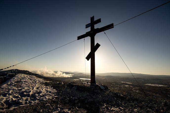 Поклонный крест на горе в городе Карабаш