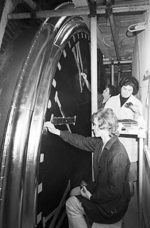 Комплексная реконструкция сооружений Московского Кремля. Реставраторы наносят золотое покрытие на циферблат часов Спасской башни, 1974