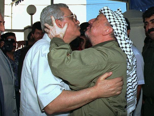 Махмуд Аббас вернулся на палестинские территории после многих лет изгнания в 1995 году. На фото: встреча Махмуда Аббаса и Ясира Арафата в резиденции последнего в секторе Газа, июль 1995 года