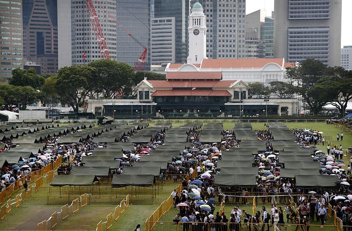 """Тысячи жителей Сингапура простились с первым премьер-министром страны Ли Куан Ю. Доступ к телу """"отца-основателя"""" республики был открыт до 28 марта"""
