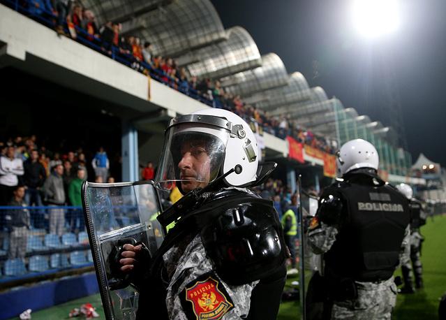 На 68-й минуте в защитника российской команды Дмитрия Комбарова с трибун был брошен посторонний предмет. Судья принял решение увести команды с поля и отменить матч