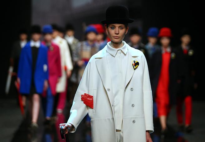 В этот же вечер состоялся показ дизайнера Виктории Андреяновой. На фото: показ коллекции Victoria Andreyanova в рамках Moscow Fashion Week в Гостином дворе