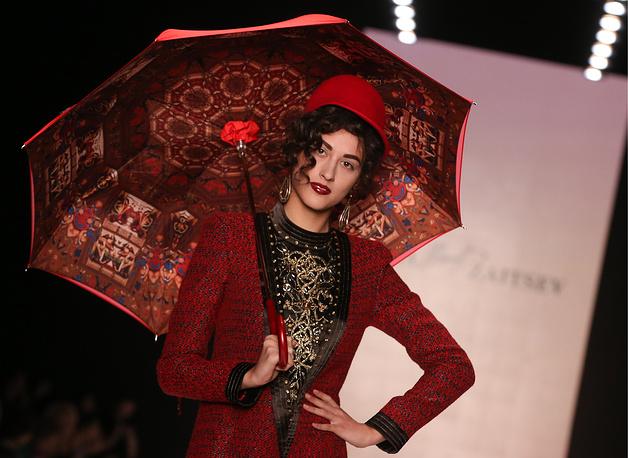 В первом блоке показа были продемонстрированы классические женские пальто. На фото: показ коллекции SLAVA ZAITSEV