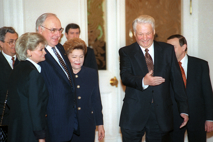 Борис Ельцин, его супруга Наина Ельцина, Гельмут Коль и его супруга Ханнелоре Коль во время встречи в Москве, 19 февраля 1996 года