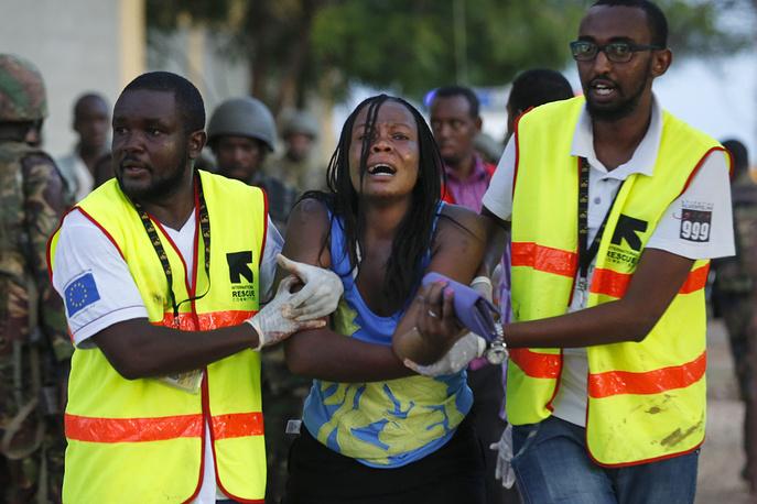 По предварительным данным, атака на университет стало актом мести Кении за ввод войск в Сомали для борьбы с боевиками. На фото: спецоперация по освобождению заложников в Гариссе