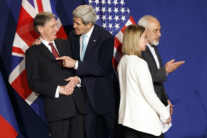 """""""Сегодня мы совершили решающий шаг вперед... Политическая воля, напряженный труд всех сторон сделали это возможным"""", - заявила Могерини. На фото (слева направо): главы внешнеполитических ведомств Великобритании, США, ЕС и Ирана Филип Хаммонд, Джон Керри, Федерика Могерини и Джавад Зариф"""