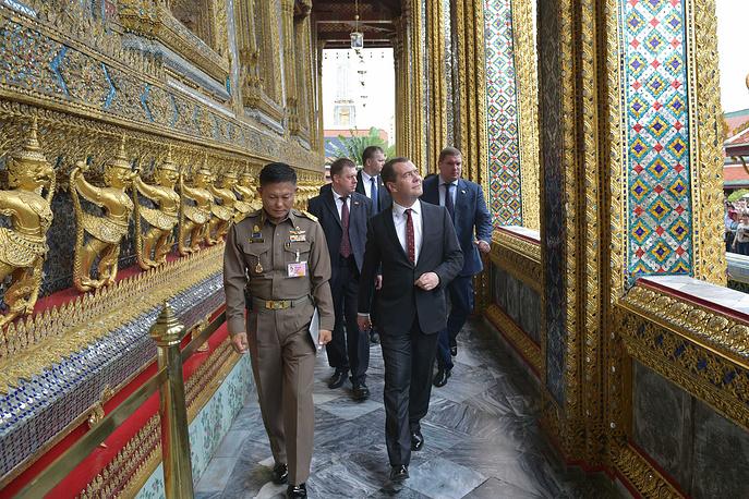 Дмитрий Медведев во время посещения Большого Королевского дворца в Бангкоке, 8 апреля