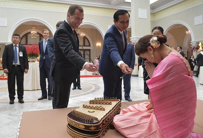 Премьер-министр РФ Дмитрий Медведев и премьер-министр Таиланда Прают Чан-Оча после пресс-конференции по итогам российско-таиландских переговоров, Бангкок, 8 апреля