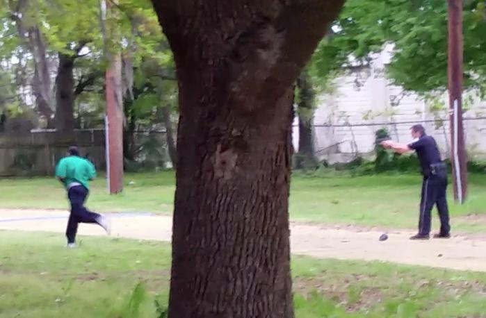 Уолтер Скотт во время преследования полицейским Майклом Слэгером, скриншот с видеозаписи, 4 апреля