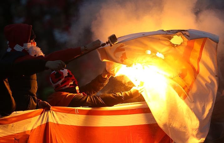 """Болельщики поджигают флаг """"Арсенала"""""""