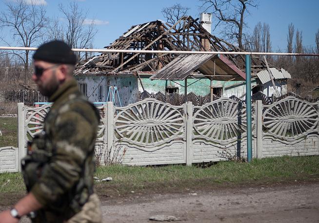 """В минобороны ДНР отметили, что провокации Киева начались еще днем. """"Ополчение на провокации не поддается и ответного огня не открывает"""", - добавили в ведомстве. На фото: дом, разрушенный в результате обстрелов в поселке Спартак"""