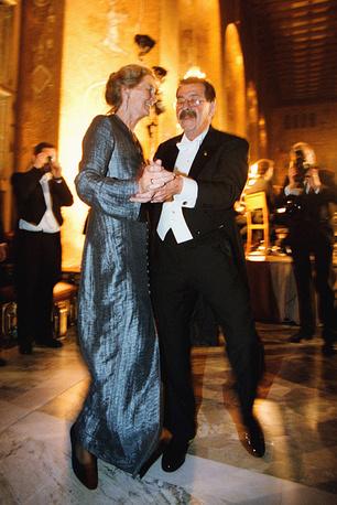 Лауреат Нобелевской премии в области литературы Гюнтер Грасс танцует с женой Уте во время банкета в честь лауреатов, Стокгольм, 1999 год