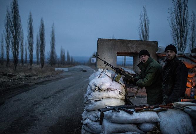 """Ополченцы на блокпосту на одном из участков трассы """"Бахмутка"""", Луганская область, ноябрь 2014 года"""