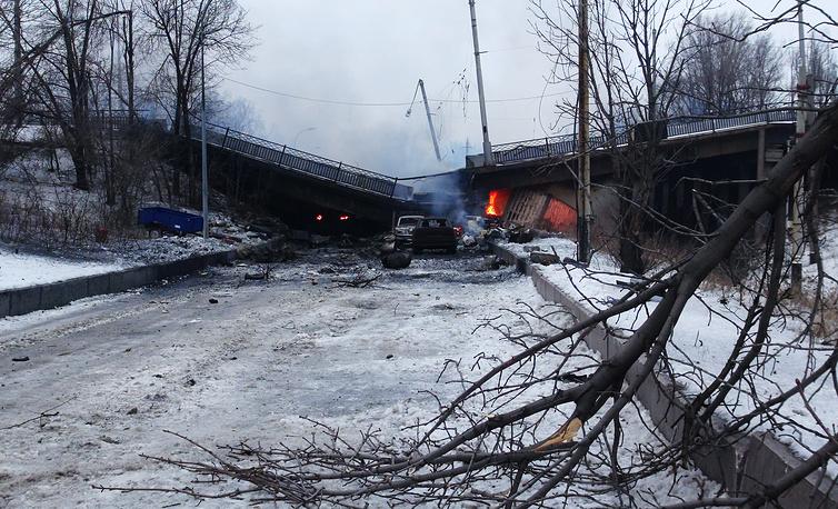 Разрушенный в результате боев Путиловский мост, соединявший Киевский район с дорогой к международному аэропорту Донецка, Донецкая область, январь 2015