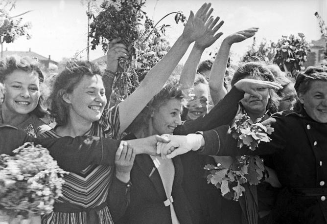 Встреча воинов–победителей на Белорусском вокзале. Москва,1945 год