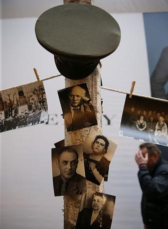 """В экспозиции представлены документы и фотографии фронтовых театров и театральных бригад. На фото: экспозиция выставки """"Искусство фронту"""""""