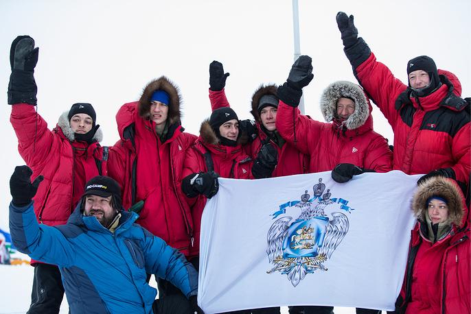 Министр образования и науки РФ Дмитрий Ливанов (второй справа) и участники экспедиции