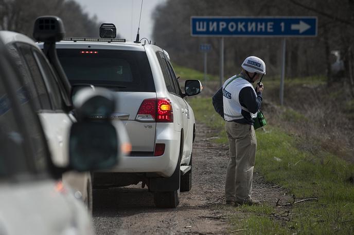 """17 апреля в минобороны ДНР сообщили, что для постоянного наблюдения за обстановкой в Широкине будут размещены веб-камеры ОБСЕ. """"Кроме личного мониторинга, сотрудники ОБСЕ также установят камеры в Широкине, - рассказали в ведомстве. - Возможно, их наличие поможет миссии более тщательно отслеживать и мониторить ситуацию в поселке"""". На фото: наблюдатели ОБСЕ, Широкино, 16 апреля"""