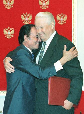 Президент РФ Борис Ельцин и президент Аргентины Карлос Менем после подписания двусторонних соглашений в Кремле, 1998 год