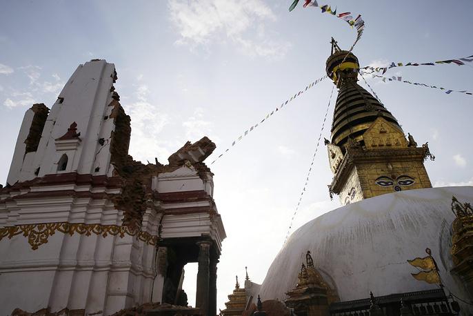 В центре комплекса Сваямбунатх находится буддийская ступа, вокруг которой расположено несколько тибетских монастырей разных школ и направлений и тибетское училище