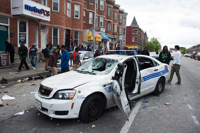 27 апреля беспорядки в Балтиморе возобновились. Участники акций протеста сожгли и разграбили несколько магазинов, повредили полицейские машины, неоднократно забрасывали стражей порядка камнями и другими предметами. В нескольких случаях для разгона толпы полиция применила светошумовые гранаты. На фото: акция протеста против действий полиции в Балтиморе