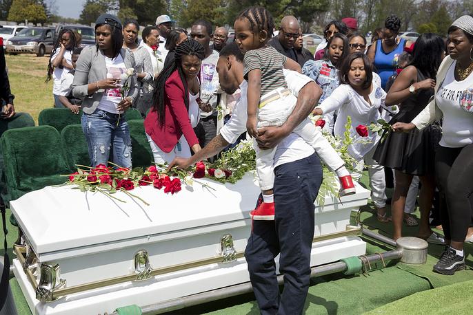 Беспорядки в Балтиморе вспыхнули после похорон афроамериканца Фредди Грэя, который получил смертельные травмы при задержании сотрудниками полиции. Представители правоохранительных органов доставили его в участок и только оттуда - на скорой помощи в больницу. Через неделю, не приходя в сознание, Грей скончался. На фото: похороны Фредди Грея, погибшего после задержания полицией Балтимора