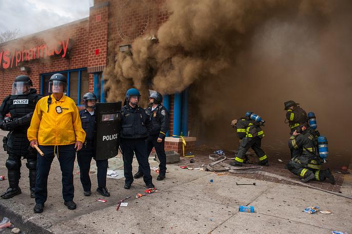 По данным управления городской полиции, число сотрудников правоохранительных органов Балтимора, получивших ранения в результате беспорядков, достигло 15 человек. Двое пострадавших полицейских до сих пор остаются в больницах. На фото: акция протеста против действий полиции в Балтиморе