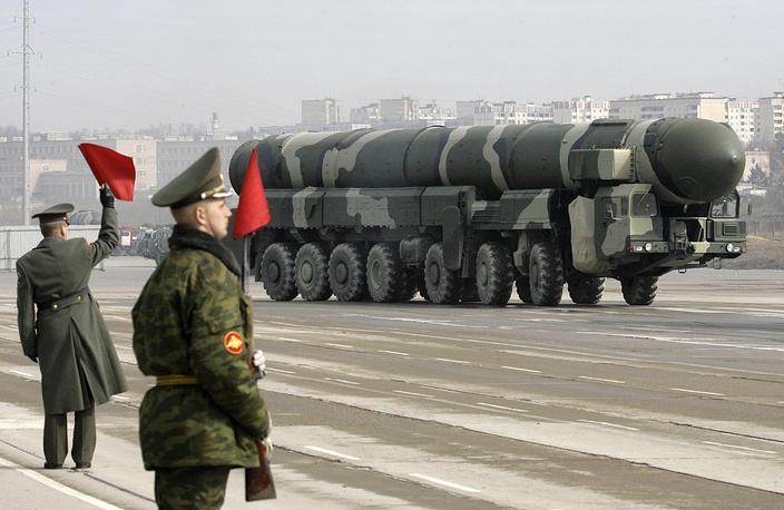 """Подвижной ракетный комплекс """"Тополь-М"""" во время подготовки к военному параду, Алабино, 2009 г."""