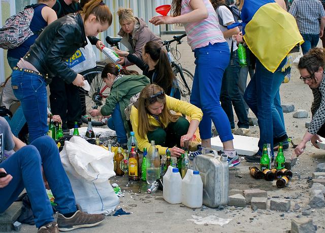 Праворадикальные активисты готовят бутылки с зажигательной смесью во время столкновений со сторонниками федерализации Украины на одной из улиц Одессы, 2 мая 2014 года