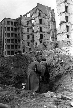 Солдаты стрелковой дивизии занимают боевую позицию, 1943 год